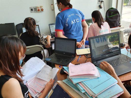 Trung tâm ATC là một trung tâm đào tạo kế toán thực tế- tin học văn phòng tốt nhất tại Thanh Hóa, chuyên đào tạo các khóa học kế toán cấp tốc ở Thanh Hoá, đáp ứng được nhu cầu học kế toán thực tế ở Thanh Hóa của đông đảo học viên từ khắp các huyện thị thành phố trong toàn tỉnh. Khóa học kế toán thực hành ở Thanh Hóa được thiết kế đầy đủ, khoa học nhằm đảo bảo trang bị cho người học các kiến thức chung về lý thuyết kế toán, Trang bị kỹ năng làm việc trên bộ chứng từ thực tế của doanh nghiệp, Hướng dẫn lên báo cáo tài chính, kê khai thuế quyết toán thuế và nộp thuế cho doanh nghiệp.  Hãy thường xuyên theo dõi các bài viết hữu ích của ATC để tìm hiểu những kiến thức kế toán hay ho, những kinh nghiệm xử lý tình huống kế toán rất nhiều ứng dụng trong công việc và cuộc sống.