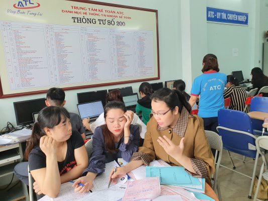 Trung tâm ATC là một trung tâm đào tạo kế toán thực tế- tin học văn phòng tốt nhất tại Thanh Hóa, chuyên đào tạo các khóa học kế toán cấp tốc ở Thanh Hoá, đáp ứng được nhu cầu học kế toán thực tế ở Thanh Hóa của đông đảo học viên từ khắp các huyện thị thành phố trong toàn tỉnh. Khóa học kế toán thực hành ở Thanh Hóa được thiết kế đầy đủ, khoa học nhằm đảo bảo trang bị cho người học các kiến thức chung về lý thuyết kế toán, Trang bị kỹ năng làm việc trên bộ chứng từ thực tế của doanh nghiệp, Hướng dẫn lên báo cáo tài chính, kê khai thuế quyết toán thuế và nộp thuế cho doanh nghiệp.  Học xong cấp 3. Bạn đang muốn tìm cho mình một con đường hướng nghiệp đúng đắn.  Có rất nhiều nghề cho bạn lựa chọn. Nghề kế toán là một lụa chọn hấp dẫn.  Bạn muốn làm kế toán tổng hợp nhưng :  + Bạn chưa có những hiểu biết căn bản về kế toán.  + Bạn đã học qua nhưng đó không phải là chuyên ngành chính của bạn.  + Bạn đã học đúng chuyên ngành về kế toán nhưng đã quên gần hết.     Đừng lo lắng ! Nếu bạn chưa biết nhiều về kế toán chúng tôi sẽ đào tạo từ đầu, tức là dạy từ những thứ cơ bản nhất về kế toán sau đó mới dạy đến phần kỹ năng nghiệp vụ. Để học viên có những cái nhìn rất gần về nghề kế toán cũng như có những kỹ năng, kinh nghiệm cần thiết để bạn có thể làm được kế toán trong một khoảng thời gian ngắn.